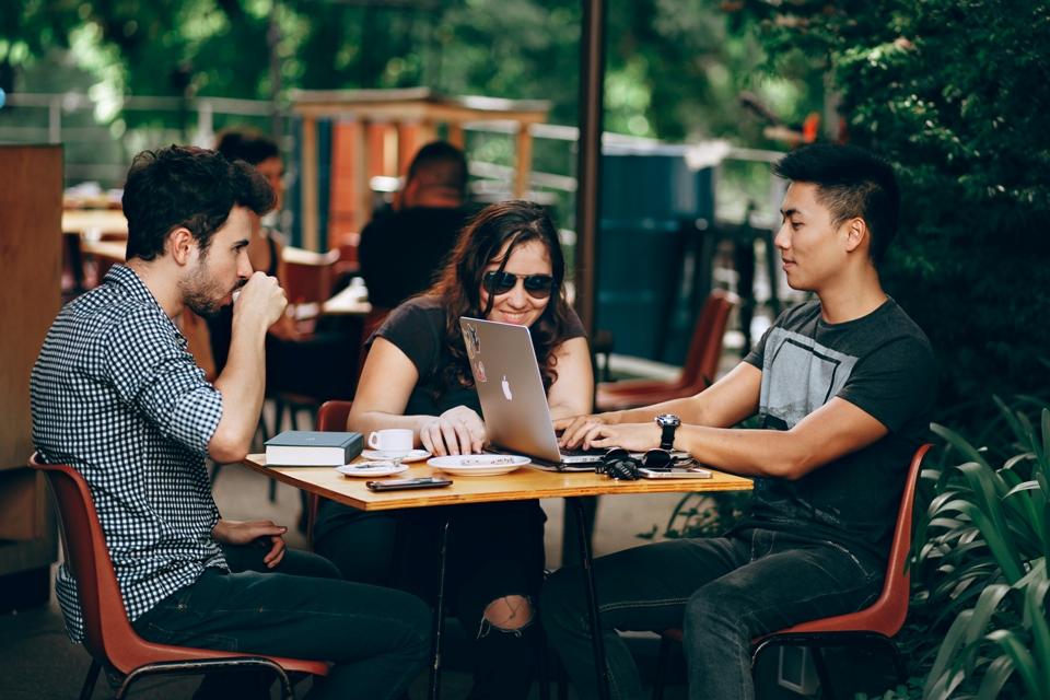 drie jongeren aan tafel