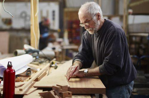 Oudere man beoefend zijn beroep